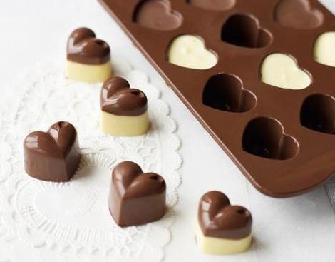Cómo hacer bombones de chocolate. Los bombones son un regalo ideal para hacer tanto a tu pareja como a amigos y familiares. En fechas señaladas, como San Valentín, cumpleaños o aniversarios mucha gente tiende a optar por este delicios...