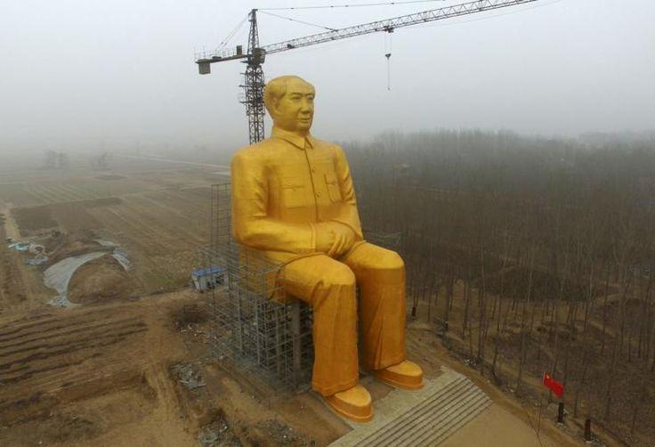 Kurzer Besuch: Eine mitten in China errichtete riesige Statue des einstigen Kommunistenführers Mao Zedong ist schon nach wenigen Tagen wieder zerstört worden. Die Errichtung des 37 Meter hohen, goldbemalten Denkmals in der zentralchinesischen Provinz Henan hatte diese Woche weltweit Schlagzeilen gemacht. Mehr Bilder des Tages auf: http://www.nachrichten.at/nachrichten/bilder_des_tages/ (Bild: AFP)