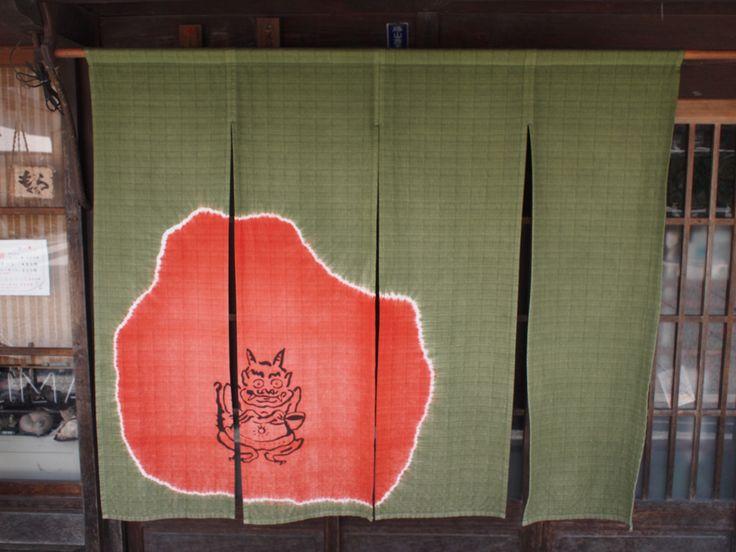 おにのすみか 店主の祖父である日本画家・片山香雲さん(明治30年湯原町生まれ)が書いた鬼の絵から店名を付け、のれんにも鬼の絵を使った制作を依頼。深い緑色で山を表し、オレンジ色で暖かいほこらを表現してある。ほこらの中では鬼がコーヒーを・・・。以前は薬屋だった歴史ある建物。現在は暖かい雰囲気で気取らずお酒が飲める店である。 勝山 町並み保存地区
