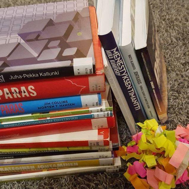 #opinnäytetyö #finaalisuoralla #kirjojenpalautusta #kirjastoon. Muutamia jää omaan kirjahyllyynkin. #opiskelijaelämää #paperikoodia kirjojen välissä