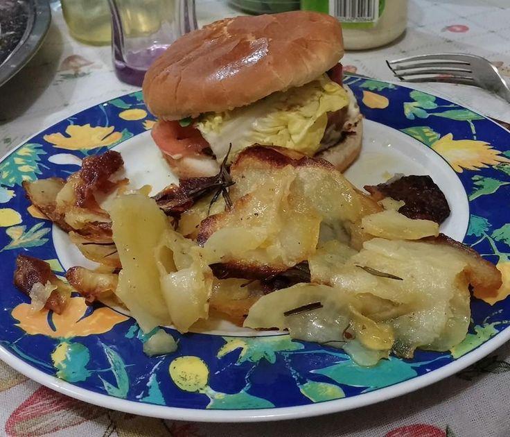 Panino con burger di tofu, broccoli e farro, insalata, pomodori e maionese veg e chips al forno!!!