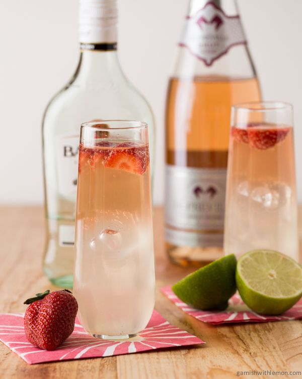 Bubbly Strawberry Mojitos - perfect for brunch! ~ http://www.garnishwithlemon.com