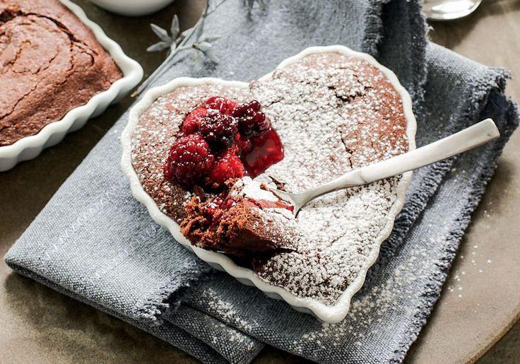 bolo de brownie com calda de frutas receber maio