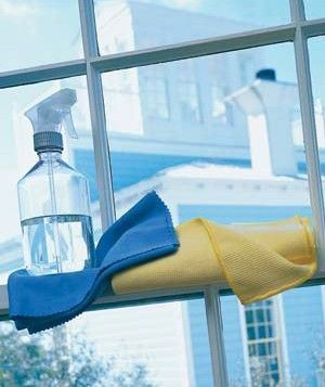 Pshiiit magique pour évier, toilette, salle de bain...: dans un flacon vaporisateur mettez un fond de produit vaisselle (l'équivalent d'un cm à peu près) puis remplissez avec 1/3 de vinaigre blanc + 2/3 d'eau vous pouvez y ajouter quelques gouttes de l'huile essentielle de votre choix mais c'est tout à fait facultatif Et c'est tout ! Secouez un peu avant usage et vous pouvez vous en servir sur à peu près tout