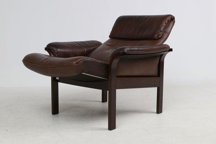 Söderbergs (Swedese)- vintage fauteuil in bruin leder  Söderbergs (nu bekend als 'Swedese') fauteuil bekleed in bruin leder met een frame van gebeitst beukenhout voorzien van kantelfunctie. Leeftijdsgerelateerde slijtage en patina. Stoel afmetingen: hoogte 95 cmbreedte 80 cm zithoogte 40 cm diepte 80/110 cmWereldwijde verzending. Koper betaald de verzendkosten deze zijn afhankelijk van de bestemming.  EUR 52.00  Meer informatie