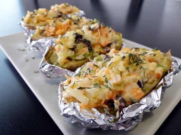 Patatas rellenas de marisco. Estas patatas rellenas son una versión algo más sofisticadas de las patatas de feria. Se trata de unas papas rellenas distinta