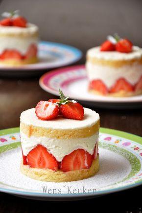 Deze aardbeientaartjes zijn een makkelijke variant op de klassieke frasiertaarten met amandelbiscuit. Ook als je geen bakfanaat bent, kun je deze taartjes maken in een handomdraai. Ik maakte ze vanavond spontaan als dessert, gewoon omdat het zooo veel leuker is, dan een bakje aardbeien met slagroom! Ik kwam op het idee, omdat ik dit weekend een cake cadeau kreeg bij de Albert Heijn. Het was een citroenroombotercake en de frisse smaak van de citroen paste perfect bij de lobbige slagroom. Ik…