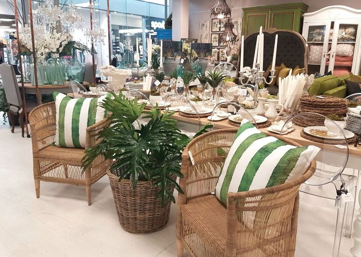 Outdoor decor with wicker, whites and greens.. #outdoordecor #decor