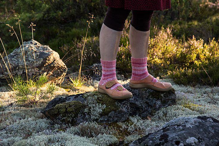 Kun tuo sukkien neulominen on jotensakin arkipäiväistä (varsinkin kun neuloo niin heleppoja malleja), niin pitää edes kuviin yrittää saada s...