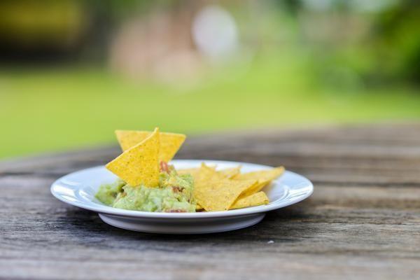 Como fazer doritos caseiro no forno. Doritos é uma marca de salgadinhos muito popular em todo o mundo. O petisco costuma ser servido de entrada, acompanhado de patês, pastas e maioneses temperadas. É uma imitação dos nachos com queijo, u...