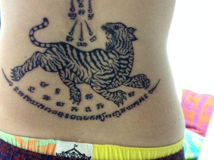 Sak yant tatoo Yant suea タイの仏教徒が入れる伝統的なタトゥーです。 デザインはスア(虎) このサクヤンを彫れば、恐れを無くし慈悲深くなると言われています。