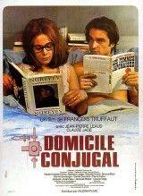 """CINE(EDU)-61. Domicilio conyugal / director François Truffaut. Francia, 1970. Comedia. Antoine Doinel casou con Christine, a rapaza que cortexaba en """"Bicos roubados"""". A súa muller dá clases de violín e el aproveita o momento no que remata a comida da neveira para baixar ao bar que hai debaixo da súa casa, onde se reúnen moitas persoas do barrio. Pronto deixa o seu improdutivo oficio, para chegar, a unha empresa estadounidense de miniaturas…"""