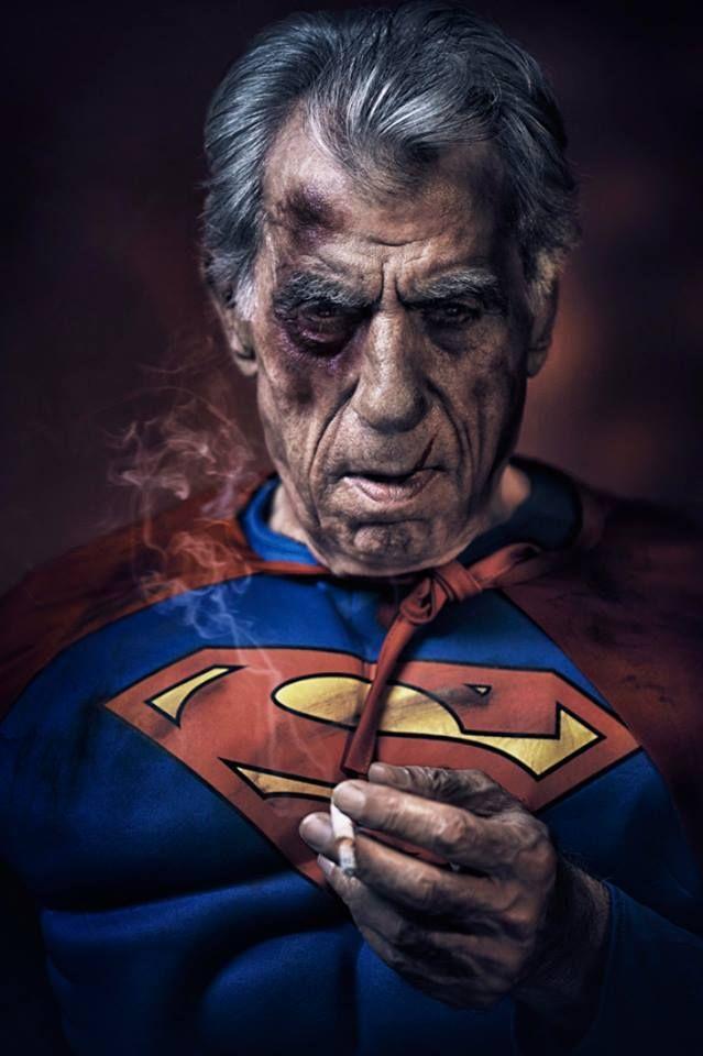 Martin Beck: todos podemos ser héroes Superman no siempre es glamuroso. Martin Beck, un escocés radicado en Dubái, es autor de la serie We Can Be Heroes, en la cual retrata personas comunes personificadas como súper héroes. Las atrevidas fotografías resultantes humanizan a estos personajes, no sin una buena dosis de humor.