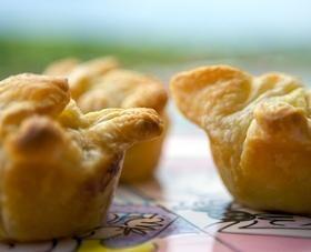 Gezellige, hartige taartjes voor een feestje of gewoon voor op de zondagmiddag. Geitenkaas is tegenwoordig zo populair, dat we steeds meer manieren bedenken om het op te dienen. Zo zijn er ook schattige mini-geitenkaastaartjes… Alleen de naam al is om op te vreten! Dit recept komt uit het kookboek Hoge hakken in de keuken, speciaal…