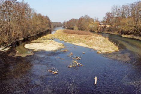 Le pont de l'Ill à Horbourg-Wihr. Ce pont en pierres de taille, construit en 1770, a été détruit en 1940, puis reconstruit à la fin de la guerre. Il nous offre une jolie vue sur l'Ill, affluent majeur du Rhin en Alsace, et sur ses petites « îles » touffues qui émergent de l'eau.