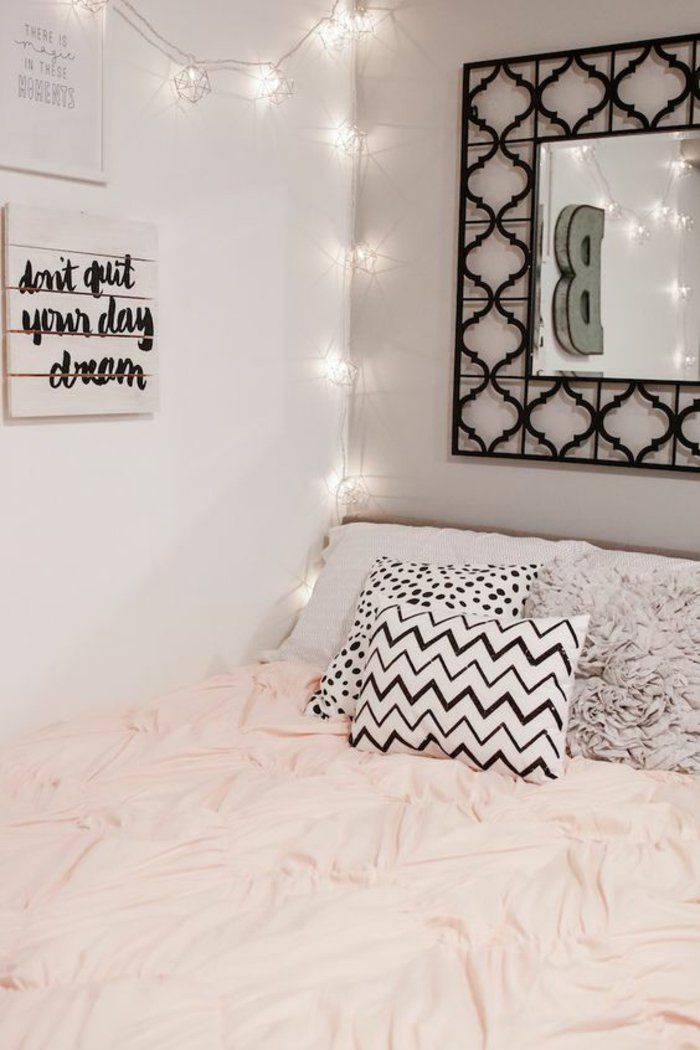 chambre d'ado fille très girly,, des coussins imprimées, déco murale de guirlande lumineuse et miroir encadré