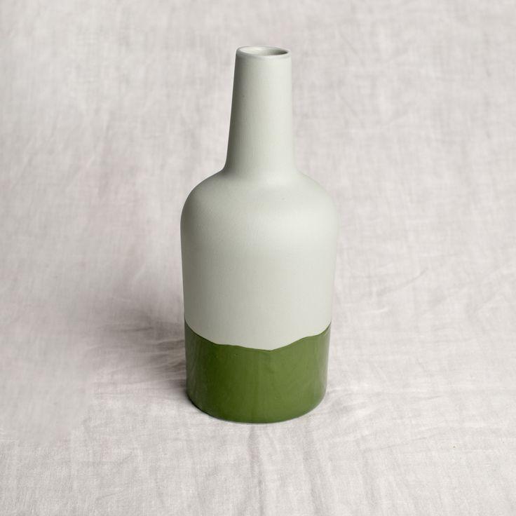 Bouteille en porcelaine vert d'eau mat et vernis vert foncéTaille