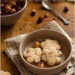 Biscotti alla panna con nocciole e lavanda
