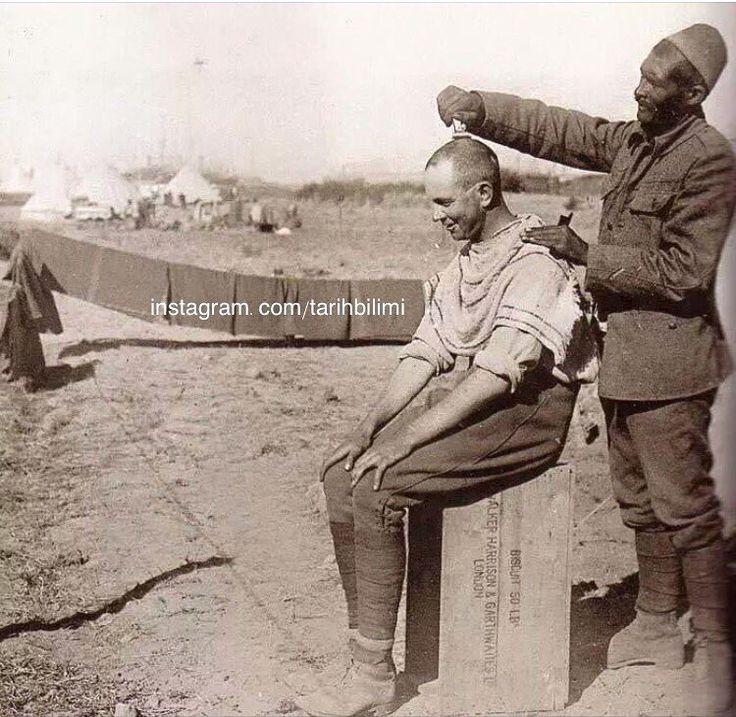 Anzak askerini tıraş eden esir Türk Askeri...