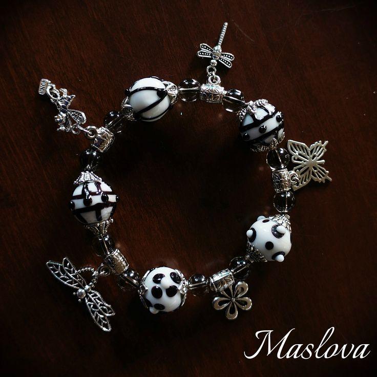 Веселый черно-белый браслет с природным мотивами на прочной резинке. Бусины - стекло (лампворк), соединители и подвески - металл. Объем около 19 см. (свободно сидит на руке).