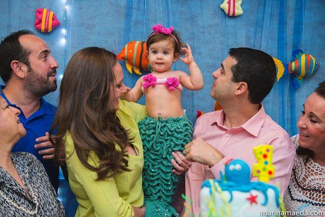 Festa de aniversário com tema de fundo do mar. A pequena Isabela com uma fantasia muito fofa de sereia.
