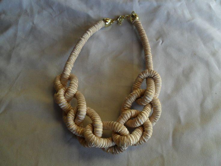 Colar de corda coberta com fita bege <br>Acabamento dourado