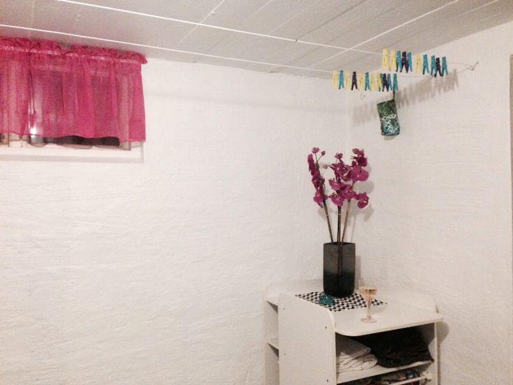 Ett skötbord som linneskåp, färgglada klädnypor och nya fräscha gardiner i tvättstugan efter att vi målat tak och väggar!