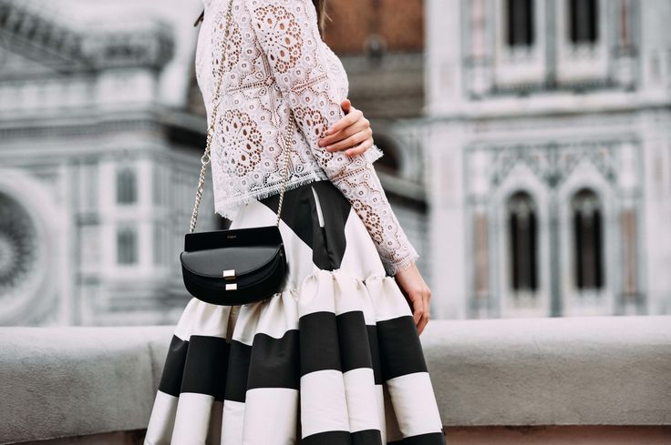 Nina Schwichtenberg trägt einen schwarz weiß gestreiften Rock, dazu eine Spitzenbluse und die Chloé Georgia Nano Bag in schwarz. Mehr auf www.fashiioncarpet.com
