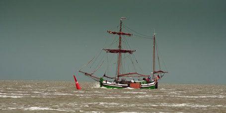 Hissen Sie die Segel vor Norderney ►► Ob Anfänger, Fortgeschrittener oder Segel-Profi: Segelfans und solche, die es noch werden möchten, werden auf Norderney ihr Segelparadies finden. Erkunden Sie das Wattenmeer vom Segelboot aus oder nehmen Sie die Herausforderung an und seien Sie bei der jährlichen Seeregatta vor Norderney selbst mit am Start.
