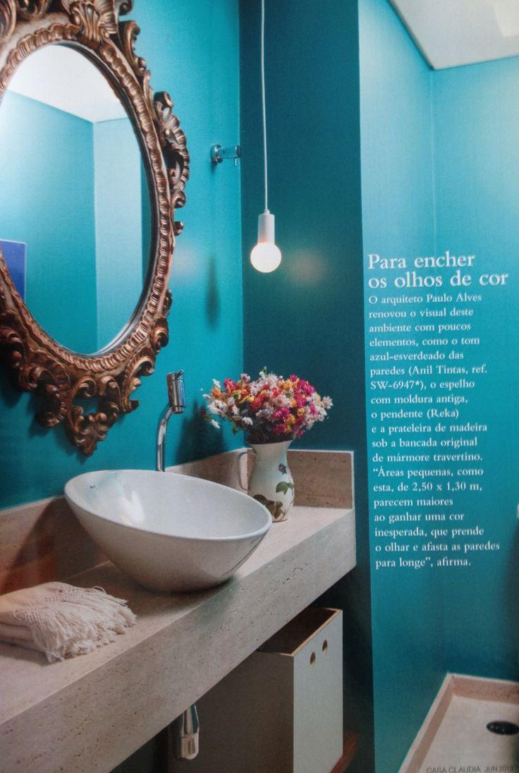 Moldura espelho, paredes azul tiffany, luminária bulbo