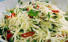 Receita da salada grega do Jamie Oliver: repolho, manjericão, hortelão, salsinha e cebola.
