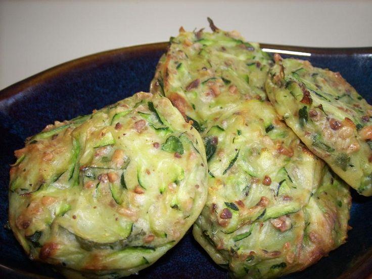 Galettes de courgettes sésame et menthe Maigrir 2000 : des galettes de légumes estivales à consommer à l'apéritif ou en accompagnement d'une viande blanche ou d'une salade composée. Cette recette vous est proposée par les nutritionnistes du réseau Maigrir 2000.