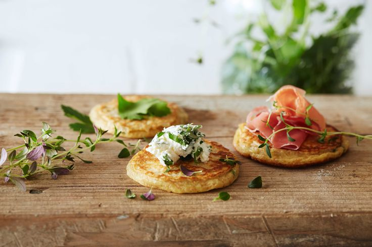 Oppskrift på lapper eller sveler med Kefir. Disse luftige urtesvelene er supergode til frokost, lunsj eller som kveldsmat. Server lappene med cottage cheese, spekeskinke og bladpersille.
