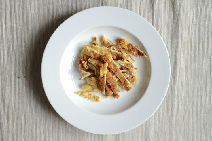 Brodo di verdure con frittata d'uovo. Scopri la ricetta su www.ilsolitomenu.com #frittata #uova #recipe #ilsolitomenu #foodblog #followus
