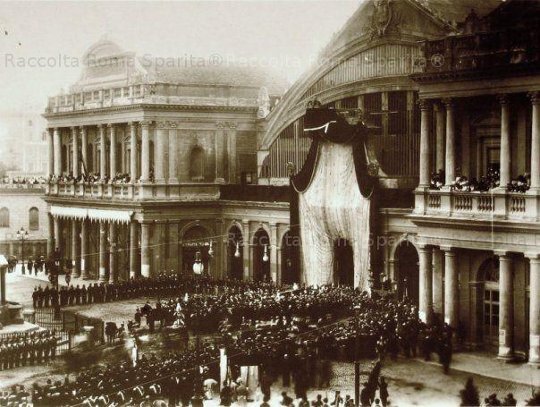 Stazione Termini. Arrivo da Monza, dove fu assassinato, della salma di Re Umberto I Anno: 1900