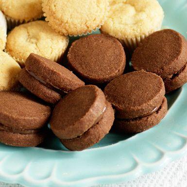 Publikfriande godbitar med rik chokladsmak. Grunden till nutella-kakorna är en klassisk mördeg som du smaksätter med kakao. Lägg ihop de färdiggräddade kakorna två och två med len hasselnötskräm emellan. En succégiven småkaka!