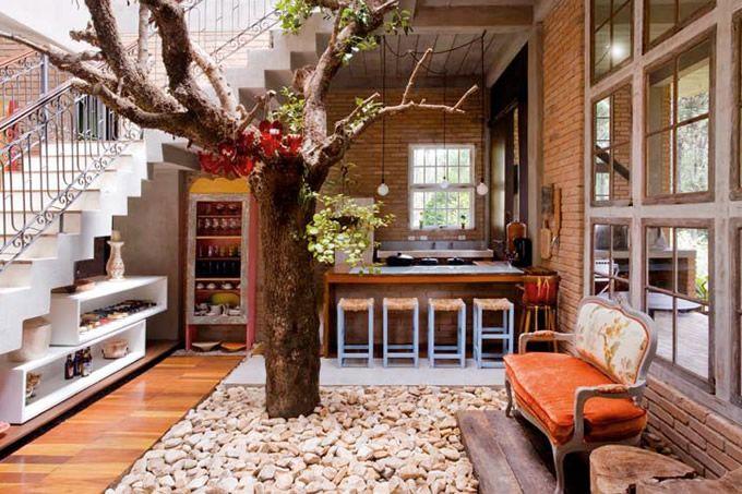 Romantismo bucólico com uma árvore no meio da casa. Será que funciona com flamboyant? Lindo de morrer