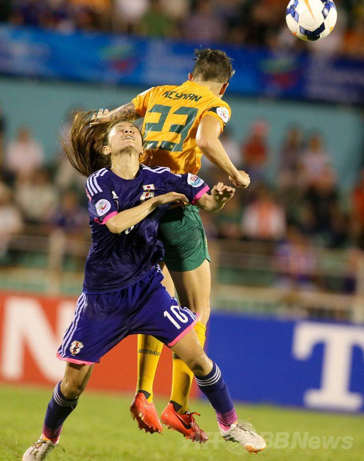 サッカーAFC女子アジアカップ(2014 AFC Women's Asian Cup)決勝、日本対オーストラリア。オーストラリアのミシェル・ヘイマン(Michelle Heyman、右)とボールを競る日本の澤穂希(Homare Sawa、2014年5月25日撮影)。(c)AFP/HOANG HUNG ▼26May2014AFP|なでしこジャパンがアジア杯初制覇、オーストラリア下す http://www.afpbb.com/articles/-/3015869 #2014_AFC_Womens_Asian_Cup #Japan_Australia_Final