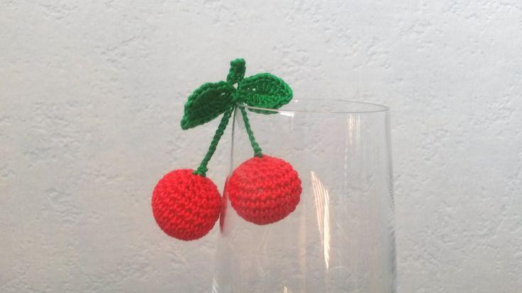 Višeň Háčkované ovoce - višeň (výška 6 cm). Napříkladpro malé pomocnice maminek v kuchyni. Může sloužit jakopomůcka k učení barev, cvičení jemné motoriky,počítání, rozpoznávání druhů ovoce atd. Uvedená cena je za 1 pár. Na požádání udělámoko pro zavěšení. Děkuji, že nekopírujete mé nápady:)
