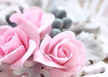 Apprenez à réaliser facilement un petite rose en pâte à sucre sans tige avec notre vidéo. Un petite rose simple à réaliser avec quelques techniques indispensables à maîtriser pour obtenir une fleur plus naturelle.