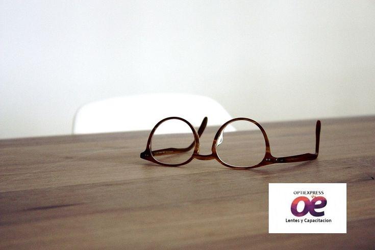 La primera ventaja que los LENTES MULTIFOCALES O PROGRESIVOS proporcionan es la posibilidad de corregir defectos de la visión entre los poderes -8 y +8. Los lentes multifocales también proporcionan la posibilidad de corregir defectos de la visión relacionados con el astigmatismo.  A través de la división entre tres partes con prescripciones para ver de lejos, cerca y a media distancia.