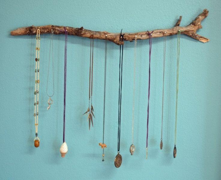Schmuck an einem Zweig mit Nägeln hängen