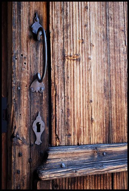 Old wooden door - Trädörr på Hägnan i Luleå by Patrik Wahlberg