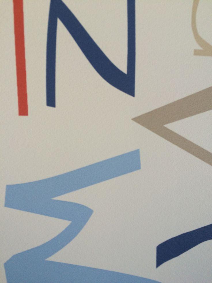 Puedes combinar papel de letras con papel liso en uno de los tonos que más te gusten.