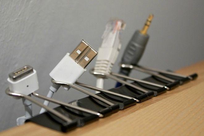 Organizador de #cables casero y muy barato con un clip de pinza / Cable organizer homemade and really cheap with a clip ►http://trucosyastucias.com/astucias/organizador-de-cables #tips #trucos #lifehacks life hacks