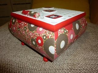 Caja madera forrada con papel decoupage e imagenes de arcilla polimerica.