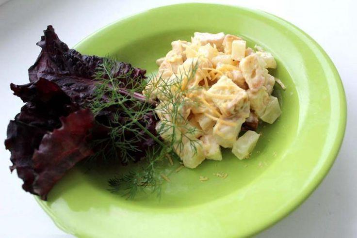 Салат из ананасов курицы и сухариков