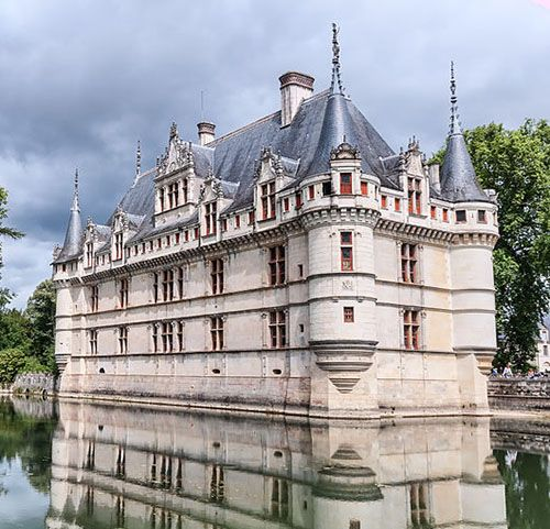 Château d'Azay-le-Rideau,  Azay-le-Rideau, Chinon, Indre-et-Loire, Centre, France....       www.castlesandmanorhouses.com    ...    Built between 1518 and 1527, the Château de Azay-le-Rideau is one of the foremost examples of early French renaissance architecture. It sits on an island in the middle of the Indre river, and has become one of the most popular of the châteaux of the Loire valley.