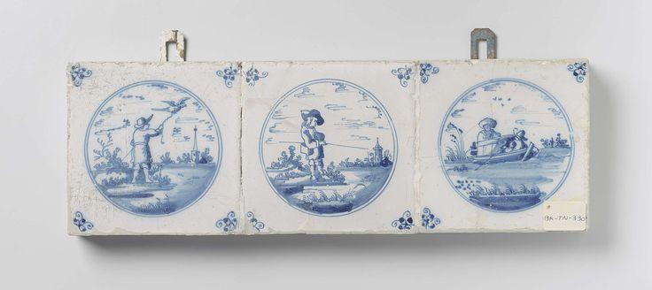 anoniem   Veld van drie tegels, anoniem, 1660 - 1690   Veld van 3 tegels (1 x 3) elk met een blauw geschilderde figuur in een landschap met een hengel, een roeiboot of vogel, omlijst door een cirkel. In de hoeken, een spinnekop.
