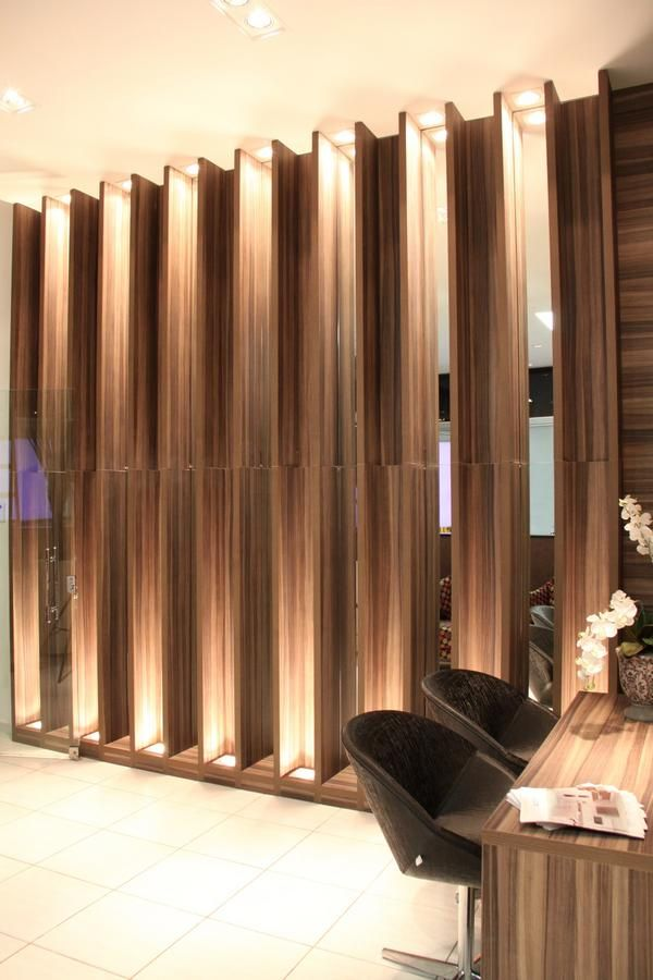 Hall entrada. www.priciladalzochio.com.br Pórticos de madeira e espelho com iluminação. Espelho. Madeira. Iluminação. Destaque. Hall. Corredor.